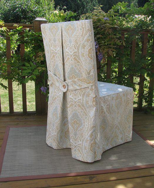 Чехол для стула с хлястиком и складкой на спинке.