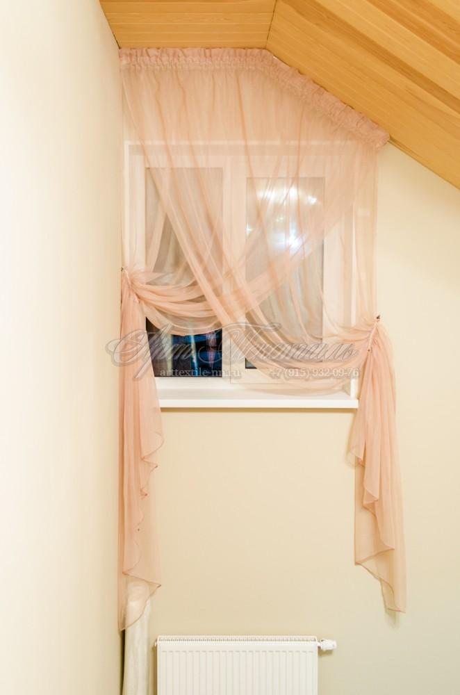 Декоративная тюль на лестницу в персиковых тонах