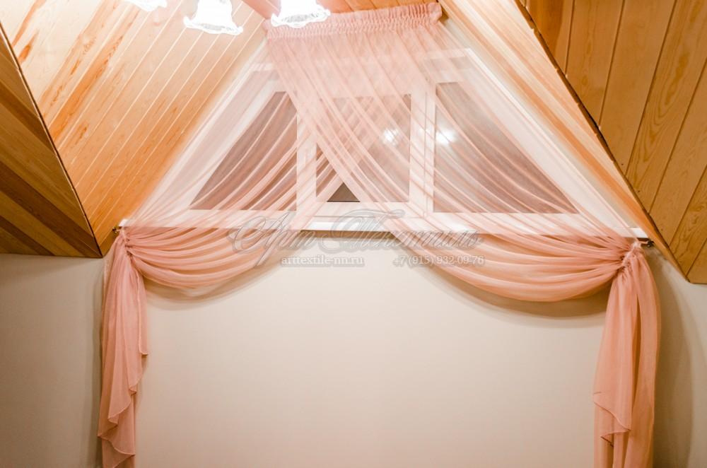 Декоративные шторки перед лестничным пролётом