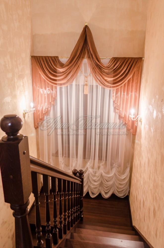 Маркиза с ламбрекеном на окно лестничного пролёта