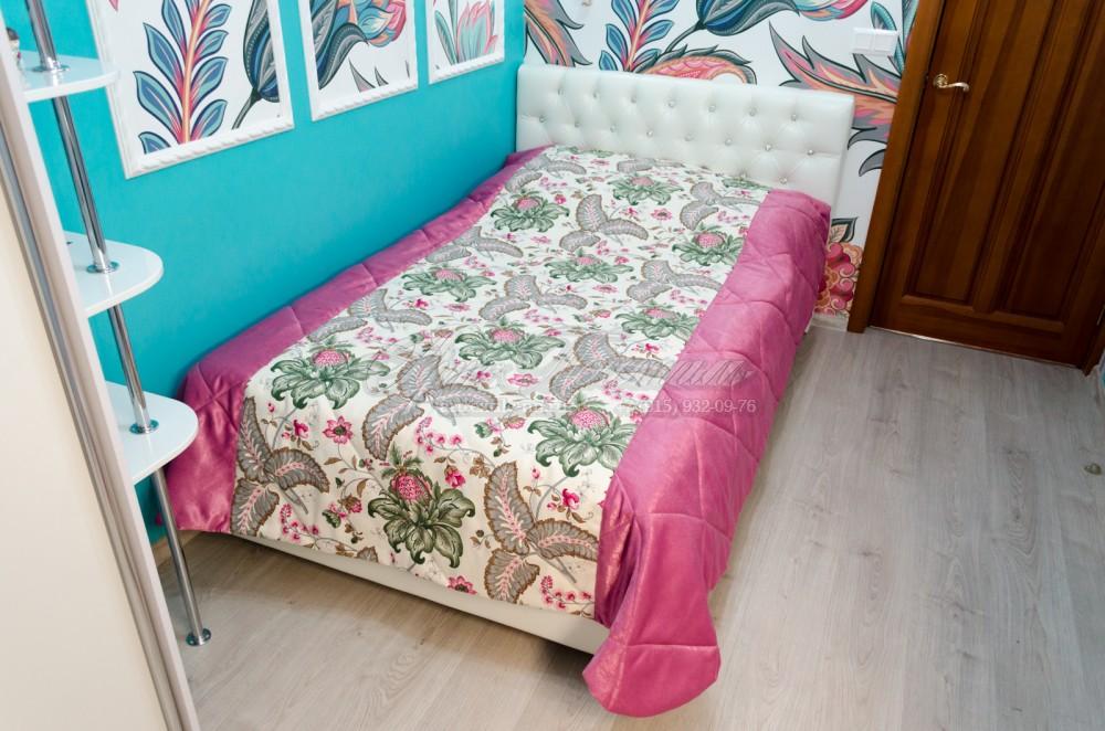 Покрывало в комнату подростка с растительной текстурой и брусничными краями