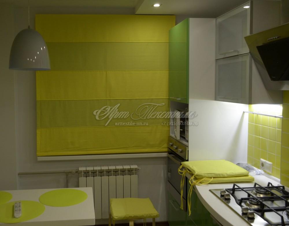 Римская штора для кухни с вставками лимонного цвета