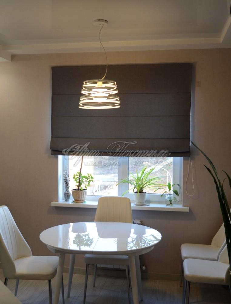 Римская штора серого цвета для кухни в стиле хай-тек