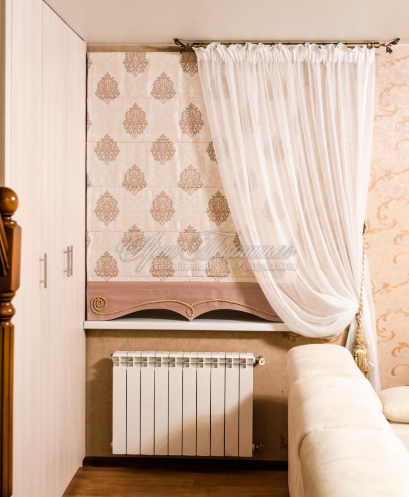 Римская штора в гостиную в светло-бежевых тонах