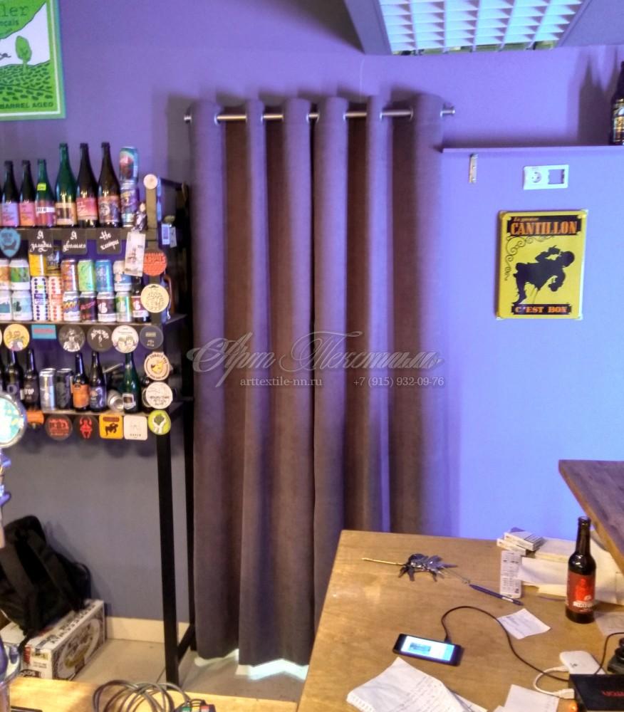 Штора на люверсах, отделяющая бар от подсобного помещения