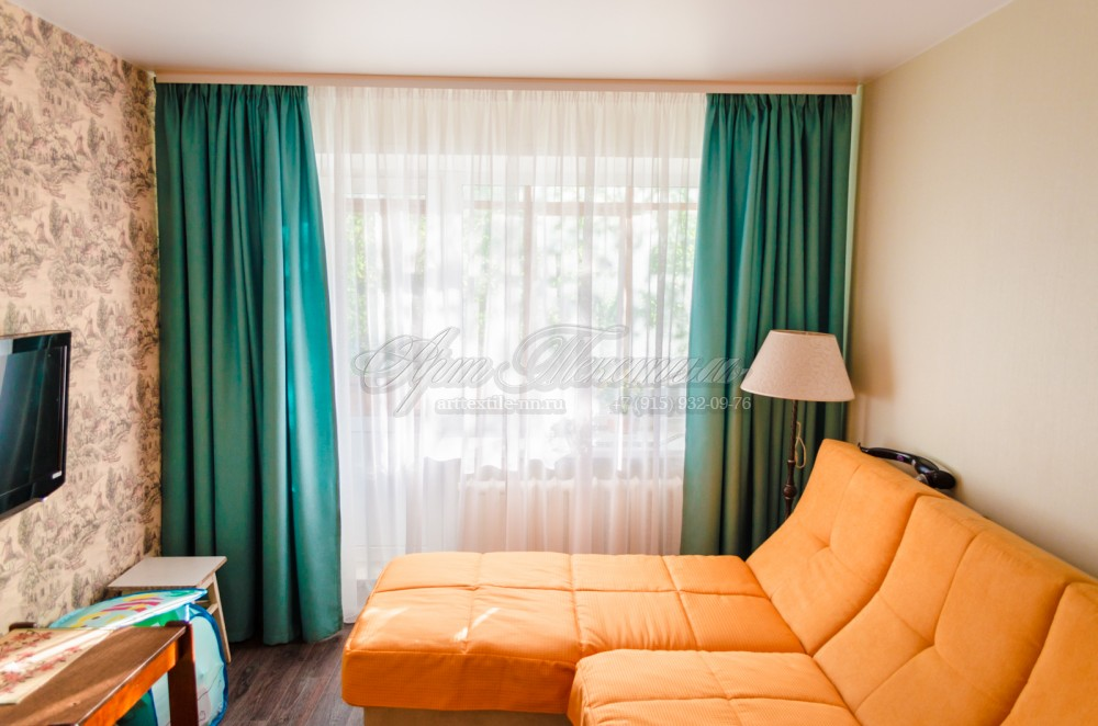 Шторы для гостиной и чехол на сиденье дивана.