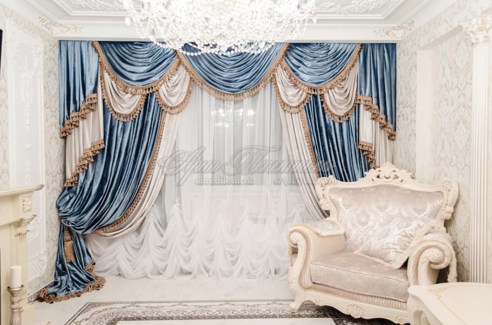 Шторы для гостиной в Византийском стилеШторы для гостиной в Византийском стиле. Бархат голубого цвета с компаньоном светлых оттенков.