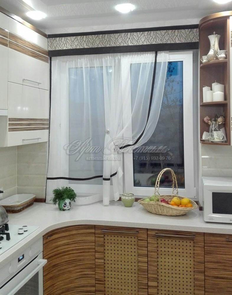 Шторы для кухни с декоративным бандоШторы выполнены с элементом дизайна кухни. Бандо переходит в дизайн фасада.