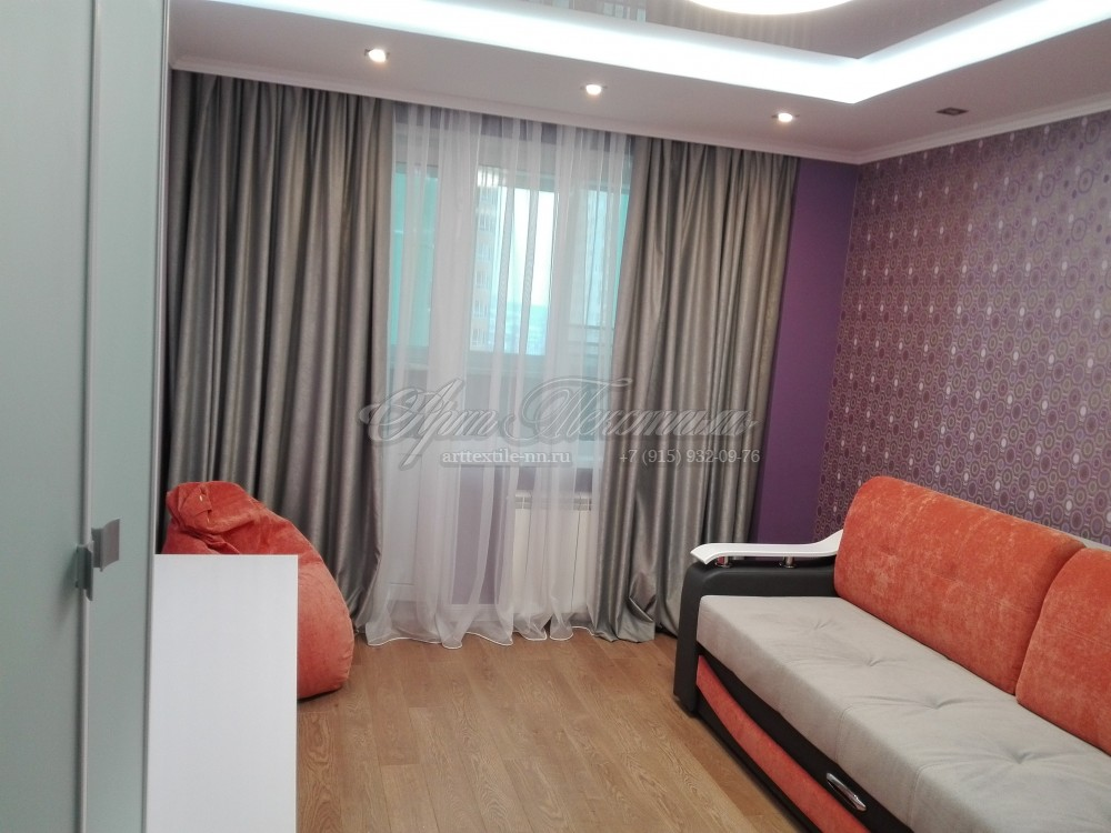 Шторы для проекта гостинойСерые шторы для гостиной с фиолетовым декором