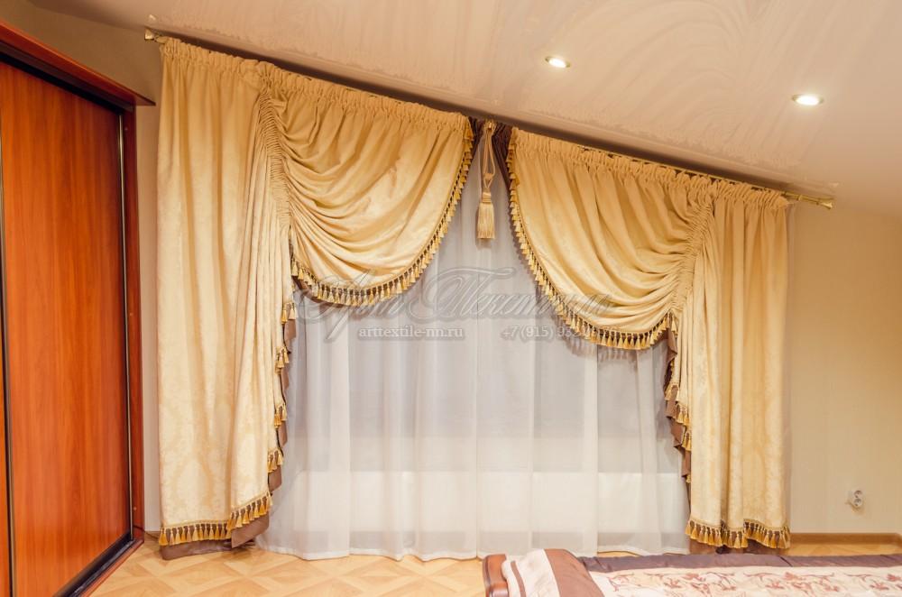 Шторы для спальни на косое окно. Украшены бахромой с кистями и классической кистью.Шторы для спальни на косое окно. Украшены бахромой с кистями и классической кистью.