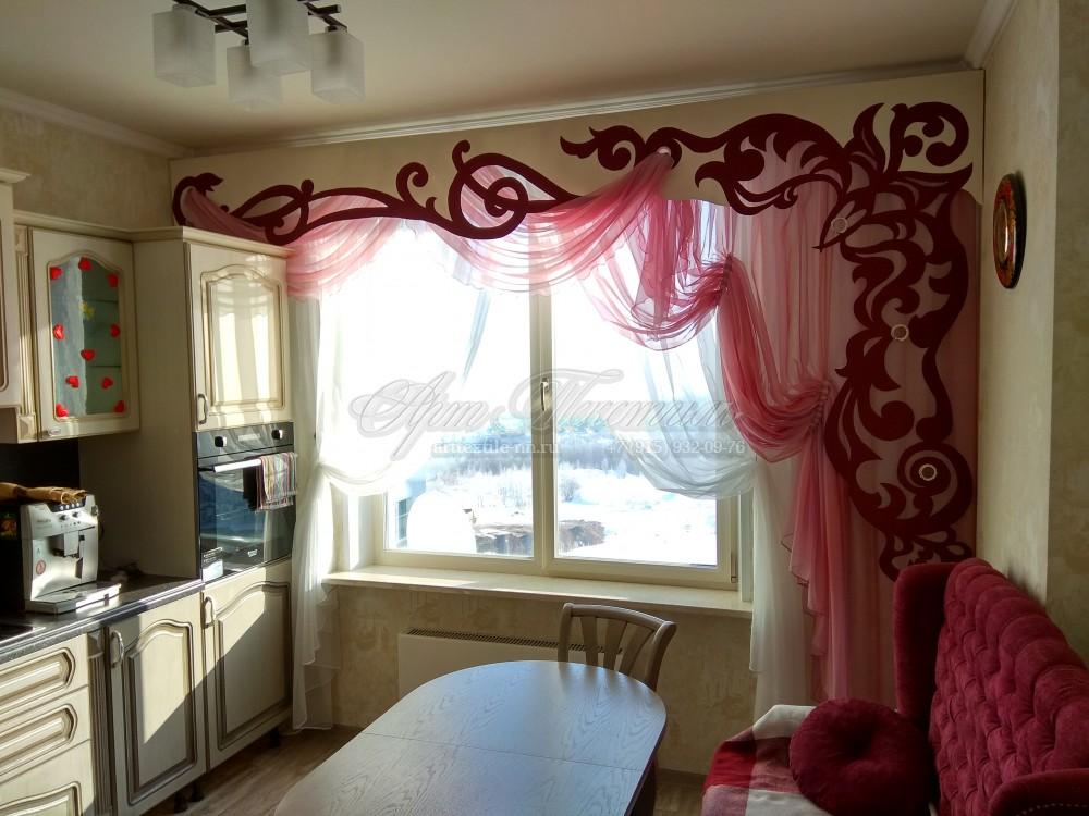 Шторы с ажурным ламбрекеном-бандоШторы с ажурным ламбрекеном-бандо. Сочетание цвета бордо-кремовый-розовый.