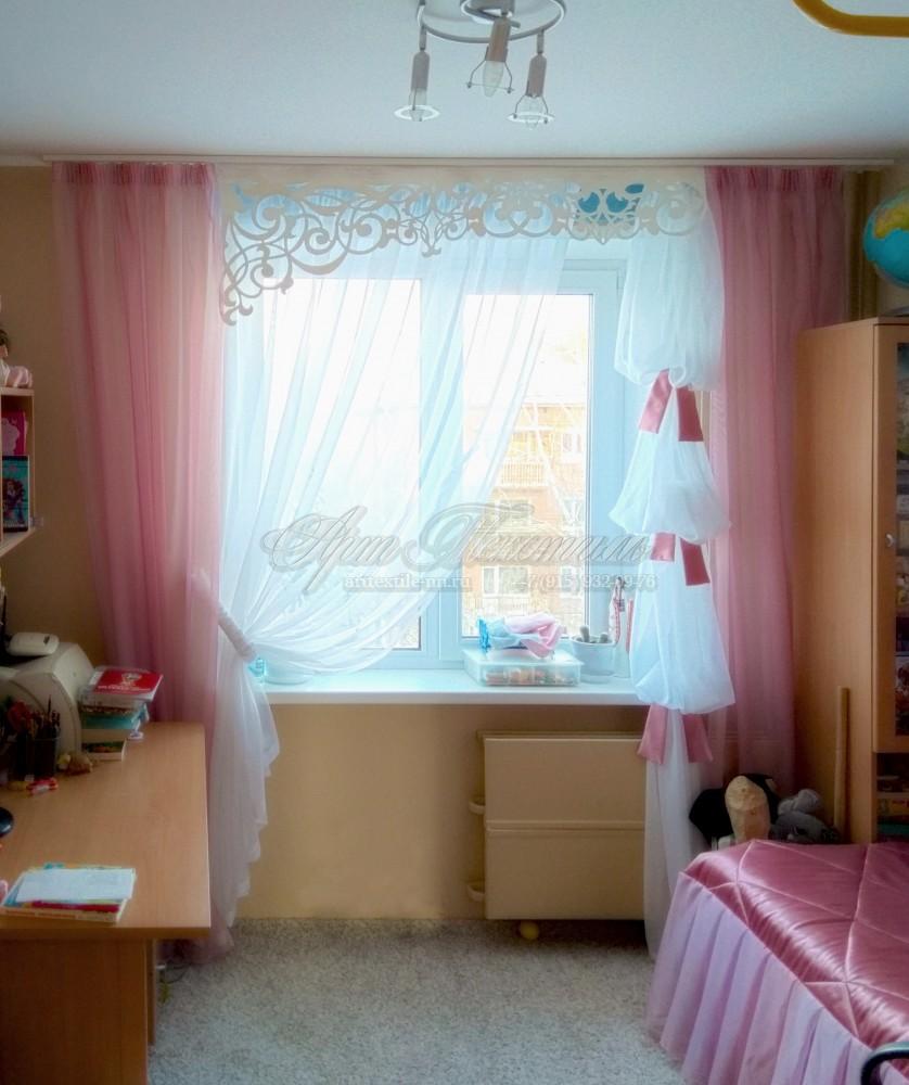 Шторы с ажурным ламбрекеном для детской комнатыШторы с ажурным ламбрекеном и покрывало для детской комнаты. Розовый в сочетании с белым цветом.