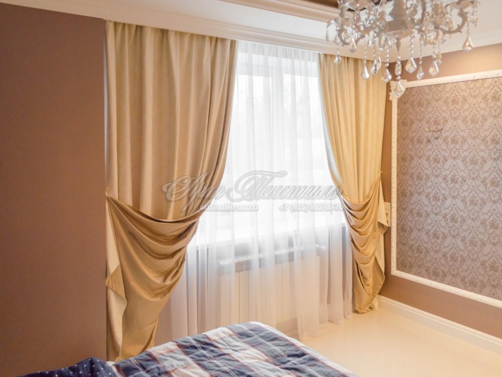 Шторы в классическую спальню в золотисто бежевом цветеШторы в классическую спальню в золотисто бежевом цвете