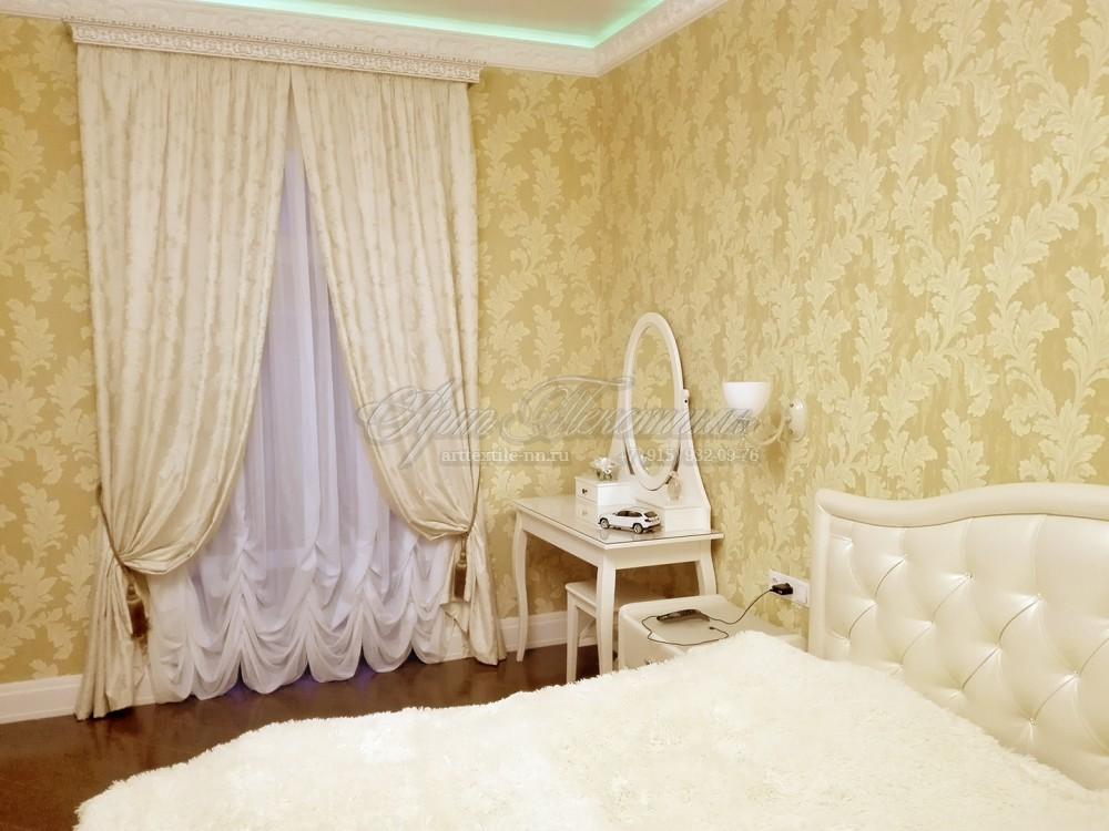 Светлые шторы для спальни в классическом стиле