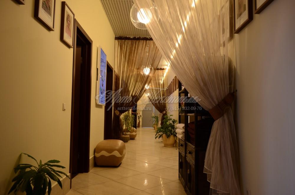 Декоративные шторки в коридор в бежевых и коричневых цветах
