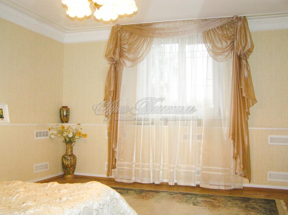 Лёгкие шторы в классический интерьер спальни.