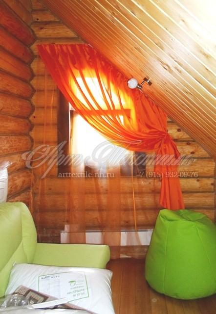 Косое окно в гостиную загородного дома из тюля