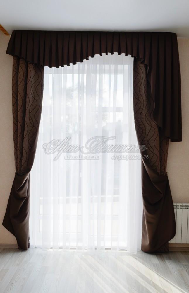 Тёмно коричневые шторы в комнату подростка. Древесная текстура портьер.