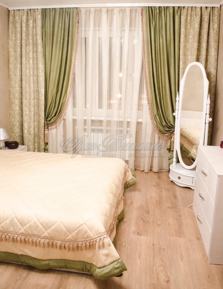 Классические шторы в фисташковых тонах для спальни с бахромой и кистями