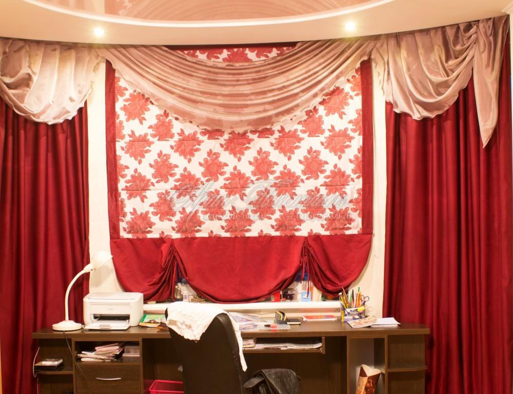 Римская штора для спальни с ярко-красными цветами и боковыми портьерами