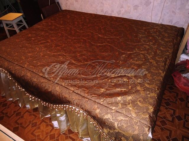 Коричнево-золотое покрывало с бахромой и фигурной стежкой к ламбрекену