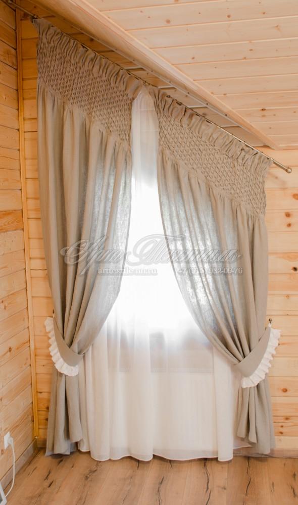 Портьера из натурального льна с использованием буфов. Мансардное косое окно. Лёгкая тюль.