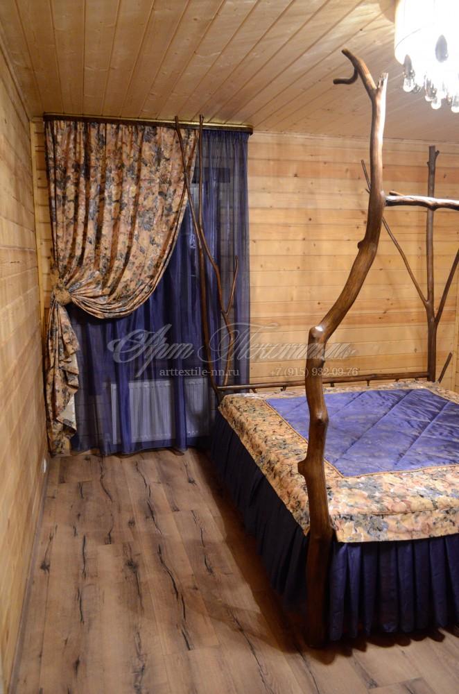 Спальня в васильковом цвете с портьерами из жаккарда цветочной тематики
