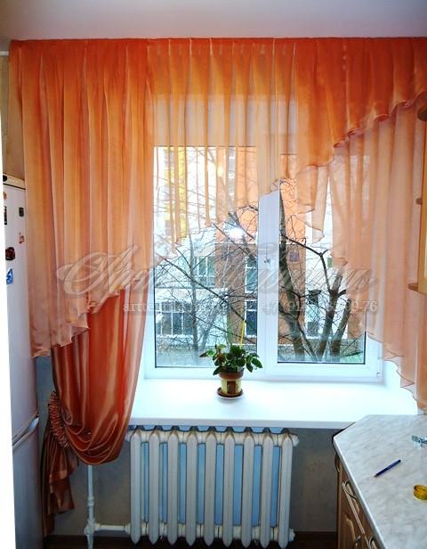 Яркие декоративные шторки на кухню