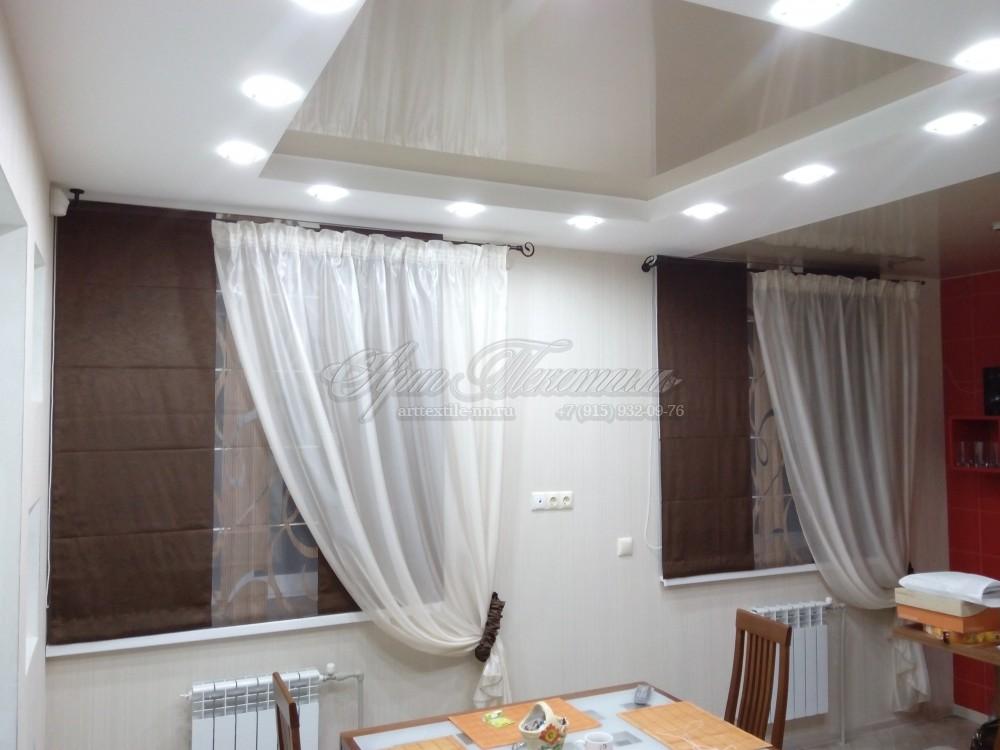 Римская штора для кухни, оформленная прозрачной шторой