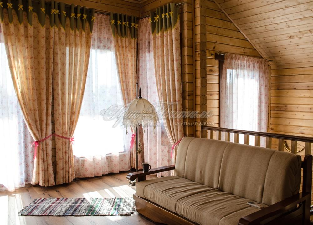 Шторы на люверсах для гостиной и вуаль для лестничного пролета.