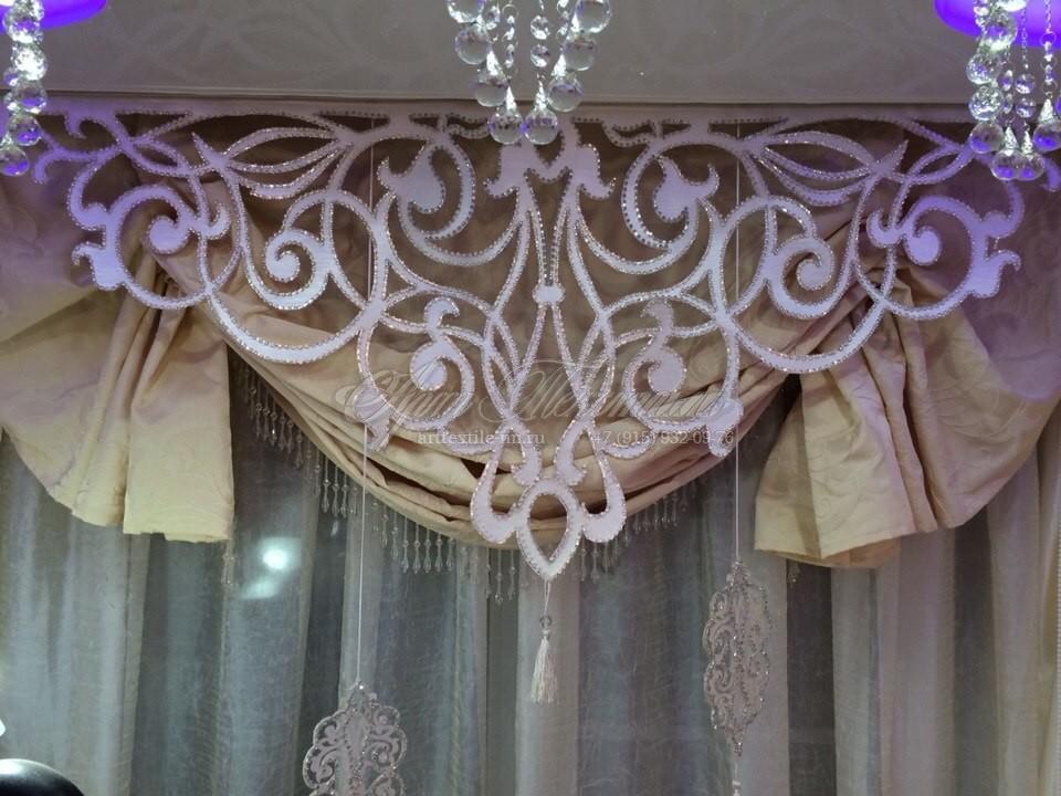 Австрийская подъемная штора с ажурным ламбрекеном