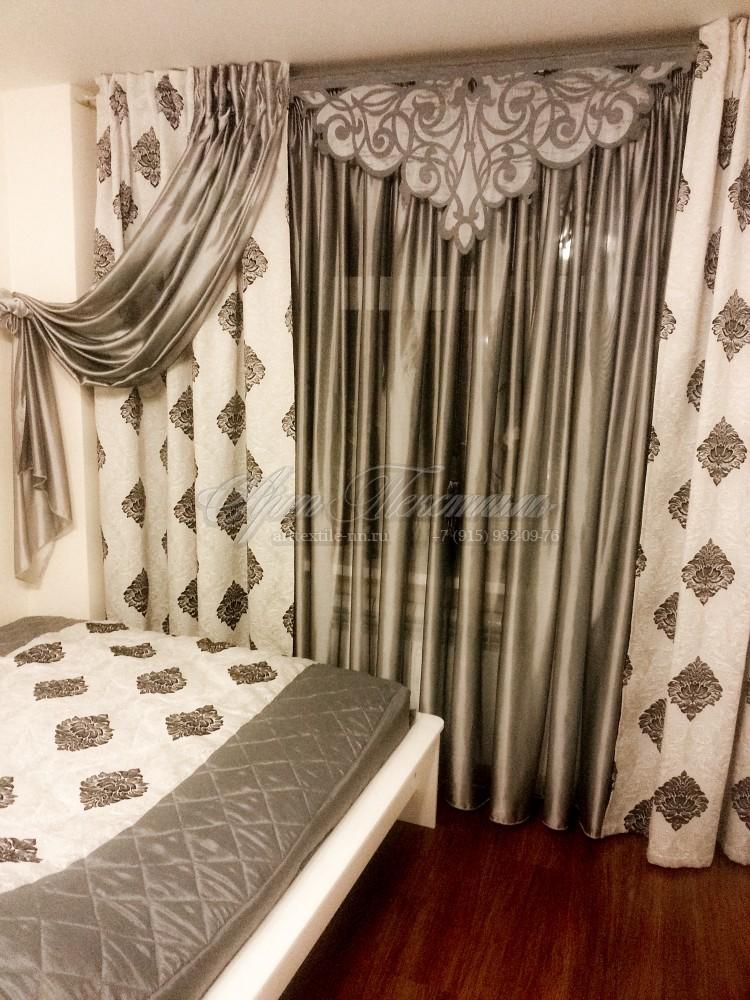 Ажурный ламбрекен в сочетании бело-черными шторами.Ночной вид.