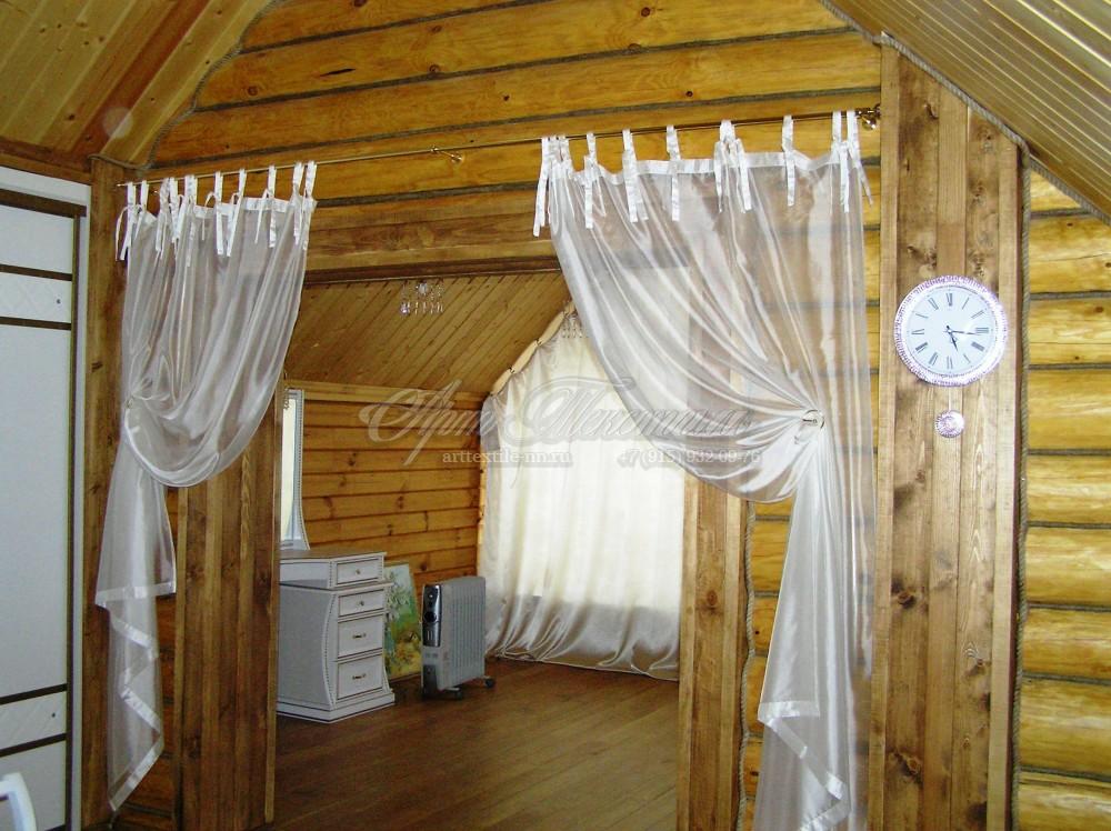 Декоративные шторы на завязках в гостиную котеджа