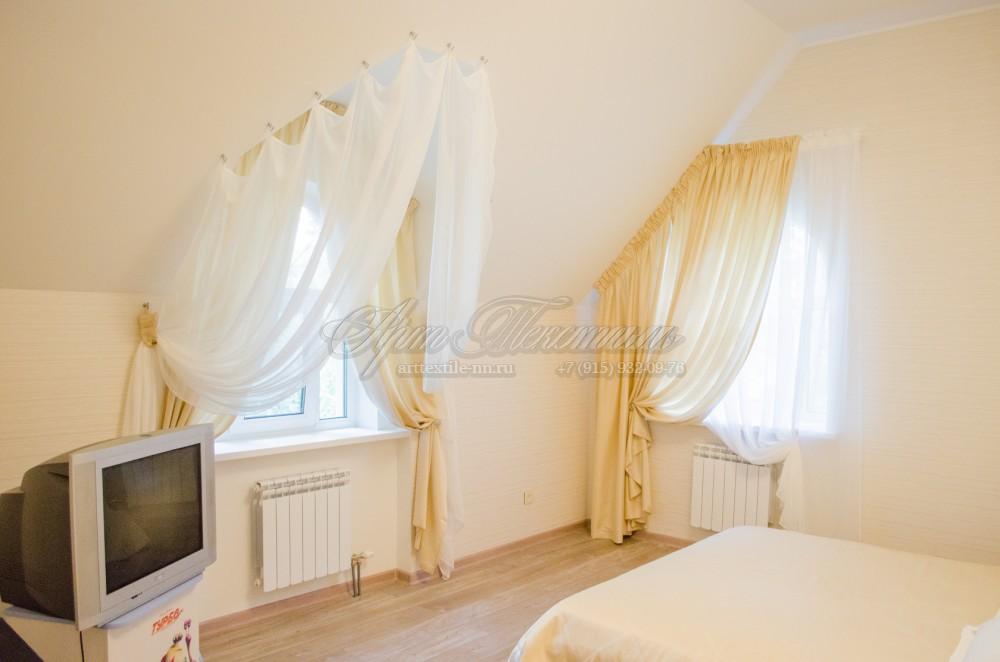 Воздушные шторки для спальни с мансардным потолком