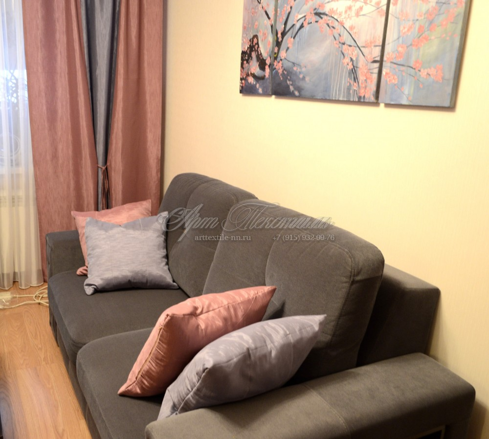 Прямые шторы и подушки